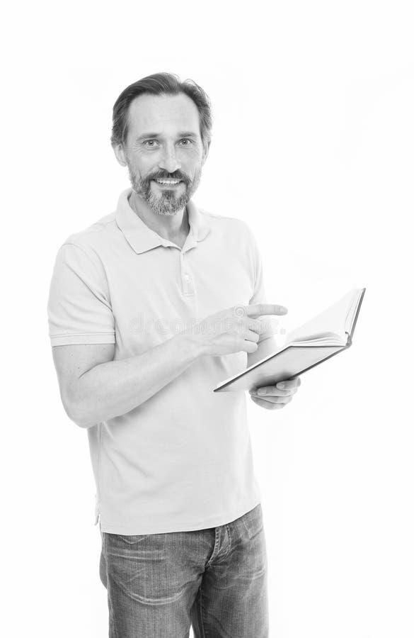Отсутствие слишком последнее исследование Предпосылка владением человека зрелой бородатой изолированная книгой белая Полезное све стоковые фотографии rf