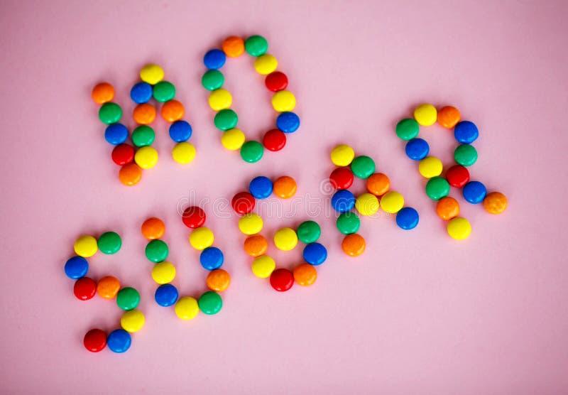 Отсутствие текста сахара написанного на розовой предпосылке конфета покрасила умрите стоковые изображения rf