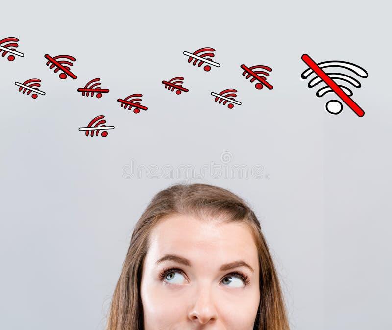Отсутствие темы WiFi с молодой женщиной стоковые изображения