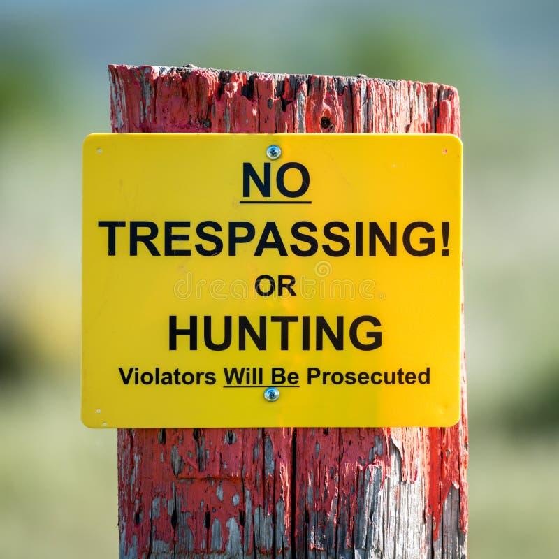 Отсутствие Trespassing знака на старом столбе загородки стоковое изображение