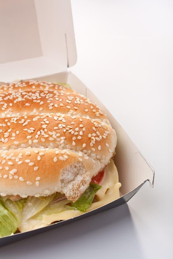 отсутствующее взятие cheeseburger коробки стоковое фото