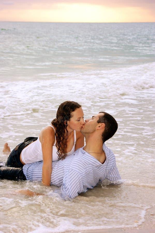 отсутствующие быть любовниками поцелуя подмели прилив стоковые изображения rf