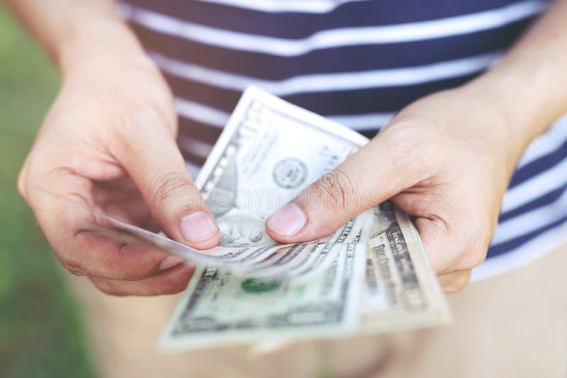 Отсчет владением руки распространение денег денег сбережений наличных денег стоковые изображения rf