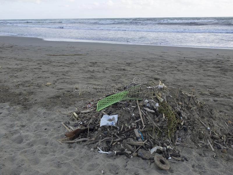Отход на пляже: серии пластикового причиняя загрязнения моря стоковое изображение rf
