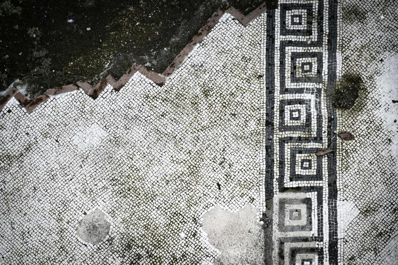 Отчасти разрушенная мозаика пола от Pompei стоковая фотография rf