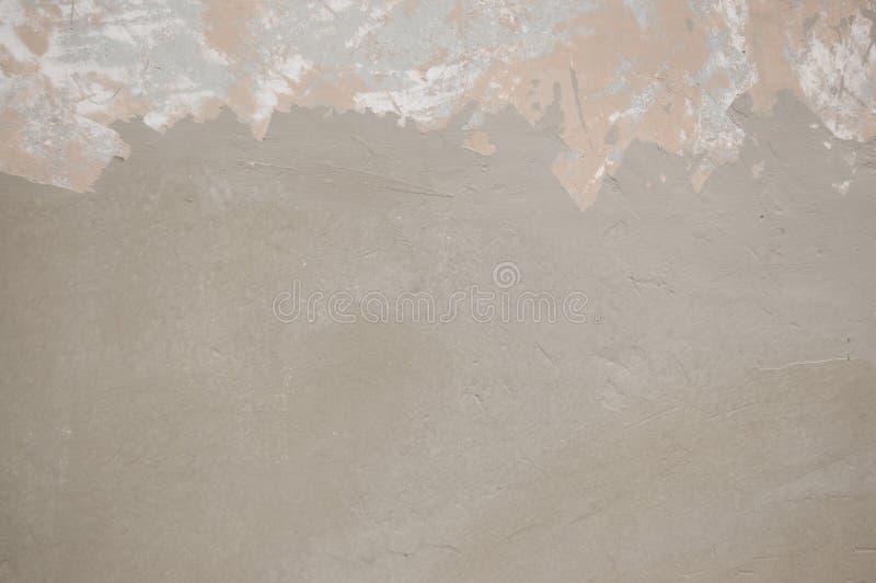 Отчасти слезающ покрашенную стену покрытую с серой краской стоковое изображение