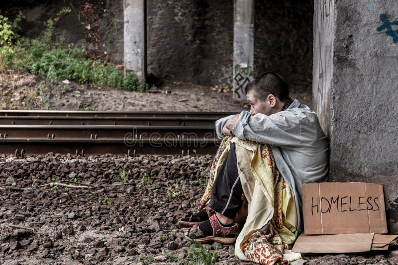 Отчаянная бездомная женщина стоковые фотографии rf