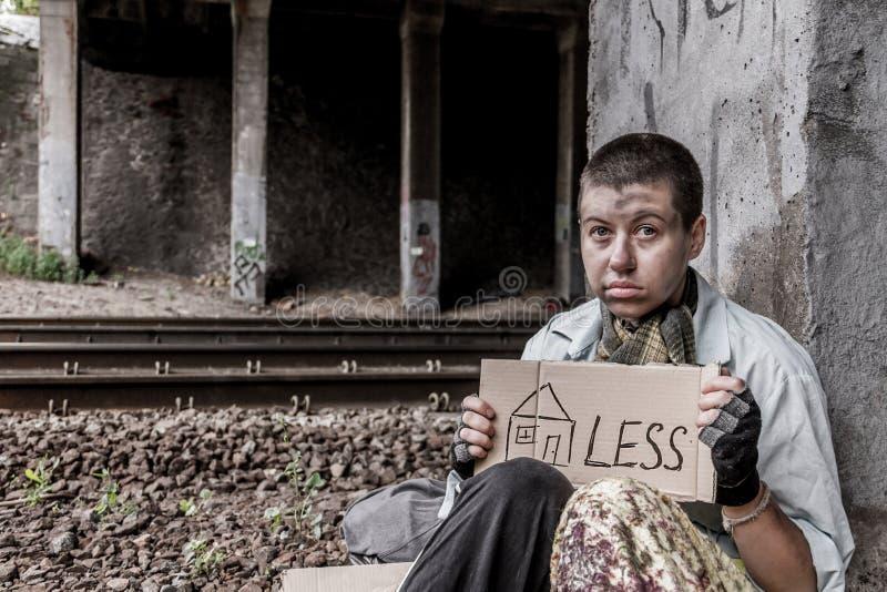 Отчаянная бездомная женщина стоковое изображение rf