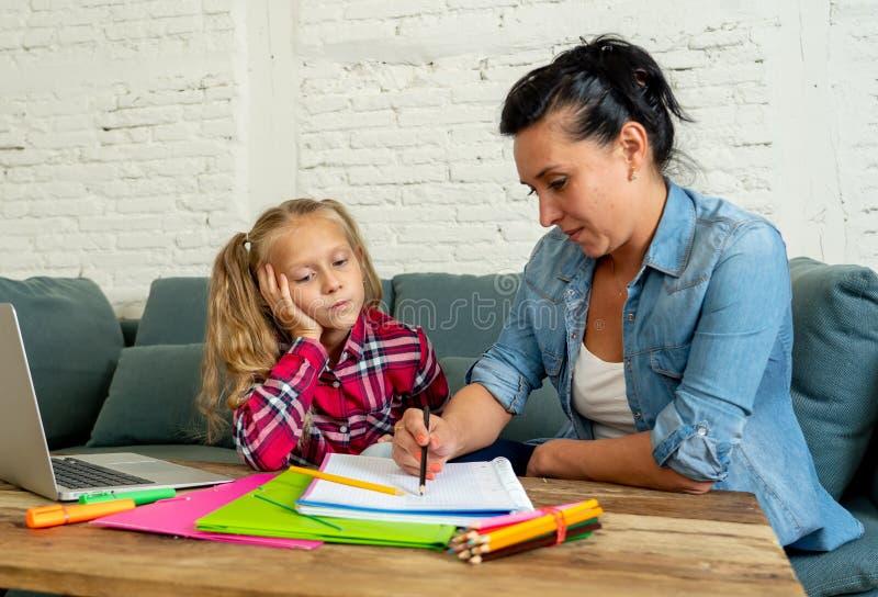 Отчаянная женщина пробуя помочь ее дочери изучая и делая домашнюю работу пока девушка жаловаться пробуренный изучать внутри стоковое фото rf