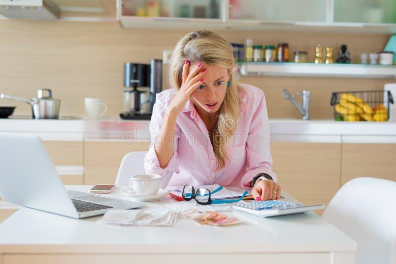 Отчаянная женщина пробуя разрешить финансовые проблемы стоковое изображение