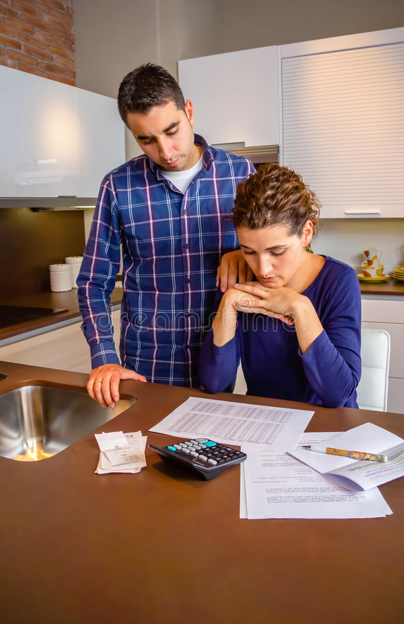 Отчаянные молодые пары с рассматривать задолженностей их стоковые фотографии rf