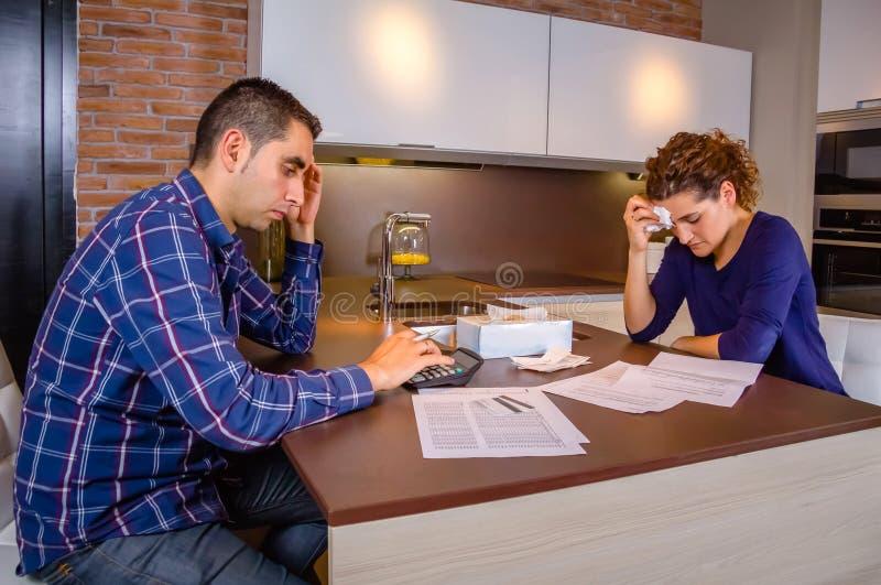 Отчаянные пары рассматривая их задолженности кредитной карточки стоковые изображения rf