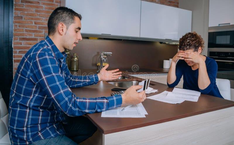 Отчаянные пары рассматривая их задолженности кредитной карточки стоковое фото rf