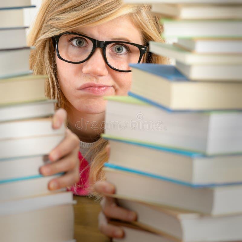Отчаянный взгляд подростка студента от задних книг стоковая фотография rf