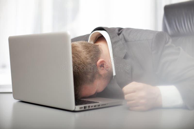 Отчаянный подавленный бизнесмен стоковые изображения rf