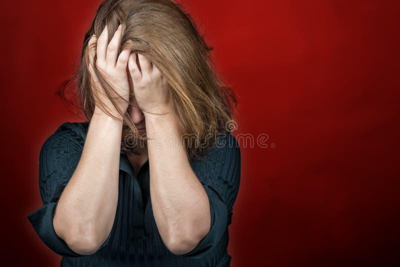 Отчаянный унылый плакать женщины стоковое изображение
