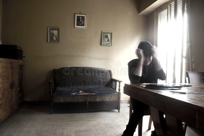 Отчаянный человек в комнате стоковое изображение rf