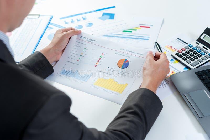 Отчет о выставки бизнесмена, концепция эффективности бизнеса стоковое изображение rf