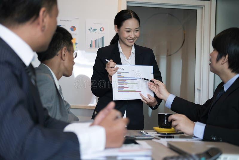 Отчет о плана коммерсантки присутствующий финансовый к команде работника co W стоковое изображение rf