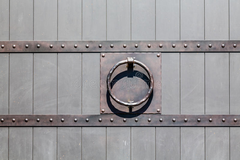 Отделка Iton на старой деревянной двери планки стоковое фото