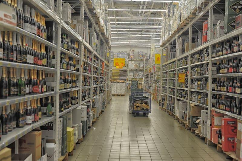 Отдел пива и вина на супермаркете стоковое фото rf