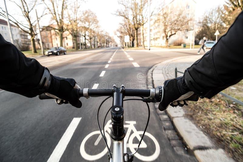 От первого лица взгляд маркировки велосипедиста и велосипеда стоковая фотография