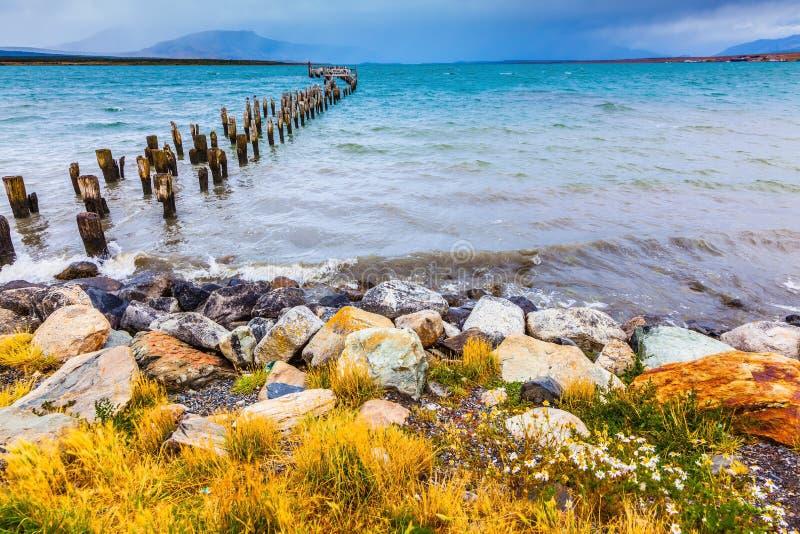 От ручки воды разрушенная пристань стоковое фото rf
