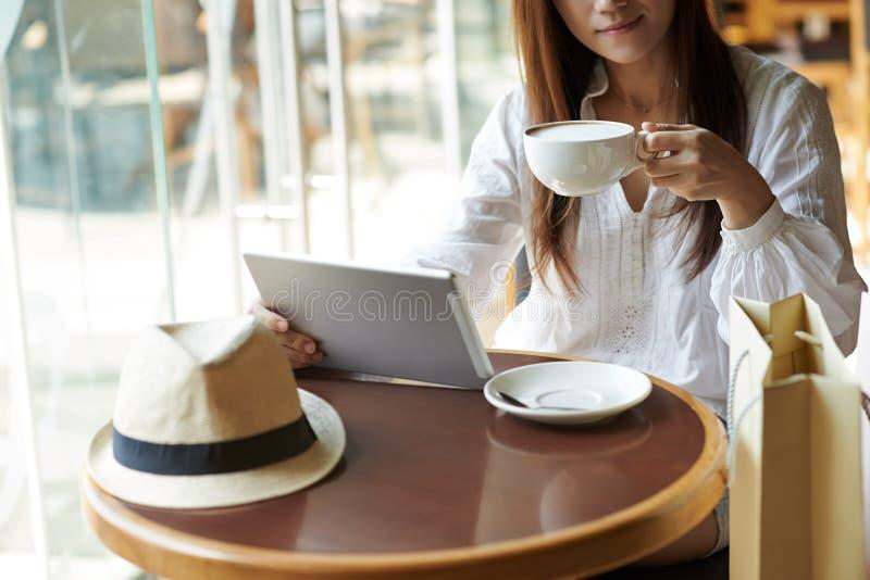 Отдыхать в кафе стоковое фото rf