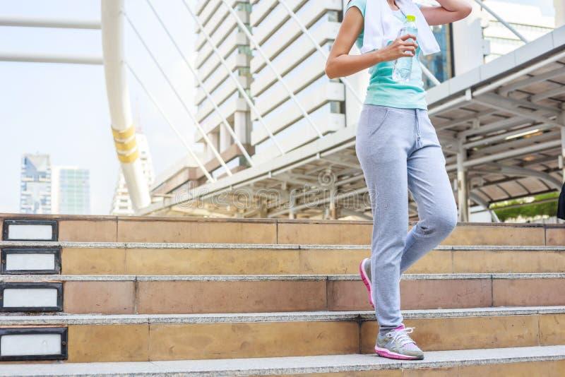 Отдыхать и питьевая вода молодых женщин после jogging стоковые фото
