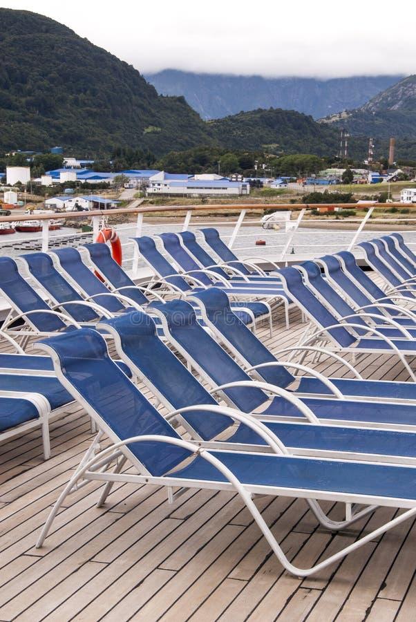 Отдых - кресла для отдыха на палубе туристического судна стоковые изображения