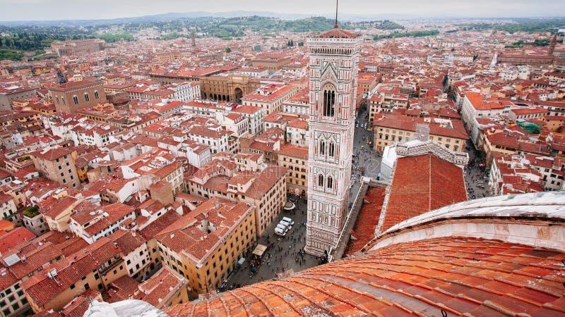 От Duomo Флоренса смотря к колокольне giotto's стоковые изображения rf