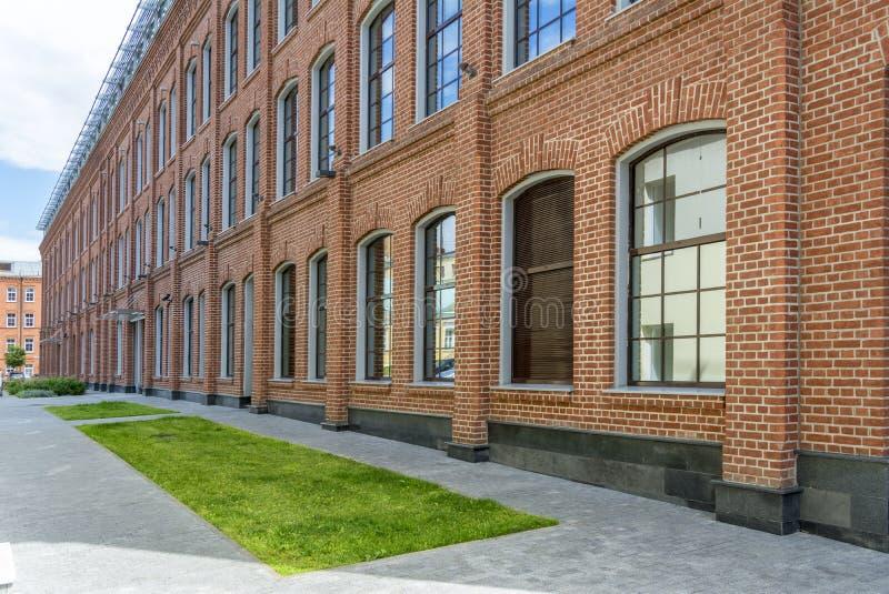 Офисное здание в стиле просторной квартиры большие окна Красная кирпичная стена стоковое изображение rf