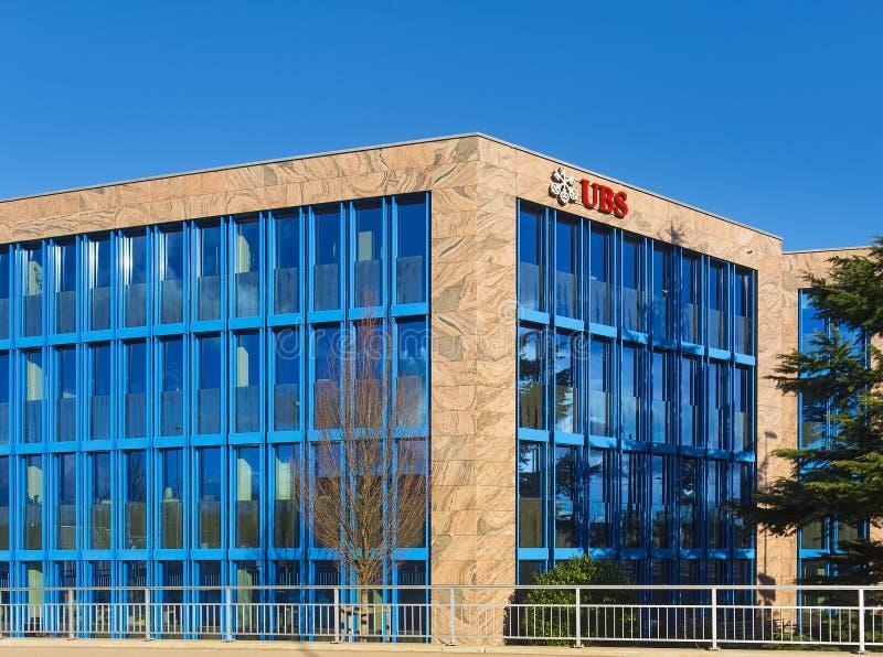 Офисное здание нося знак компании UBS в Glattbrugg, Швейцарии стоковое фото