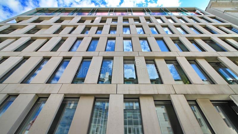 Офисное здание отражая голубое небо стоковое изображение rf