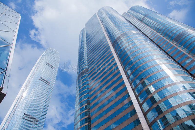 Офисное здание Modren с предпосылкой голубого неба стоковое изображение