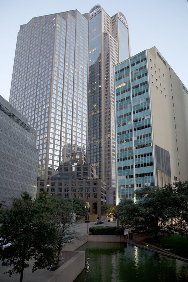 Офисные здания в городском заходе солнца Далласа стоковая фотография rf