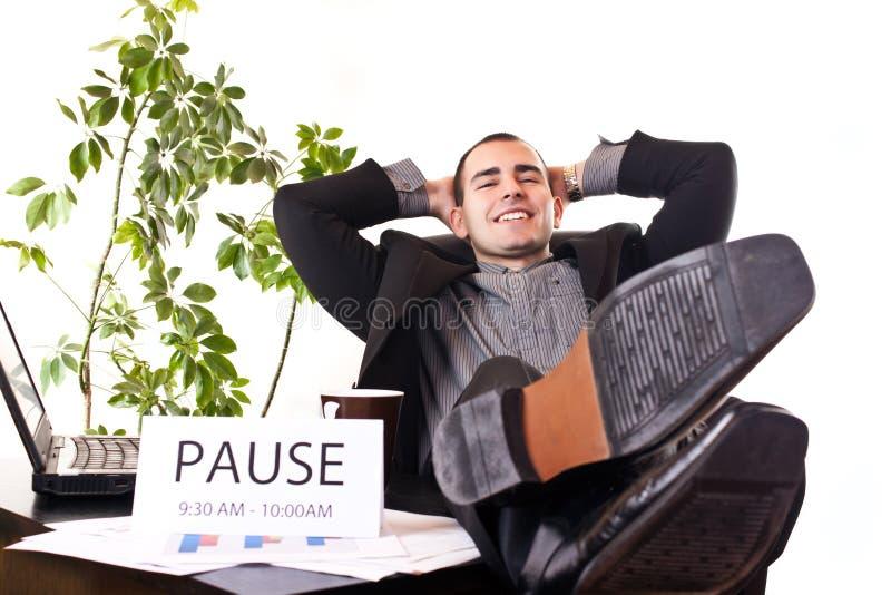 офис бизнесмена ослабляя стоковое фото