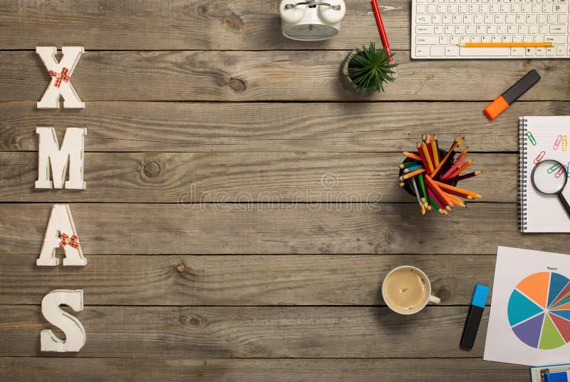 Офис возражает с Xmas слова на настольном компьютере офиса стоковые фото