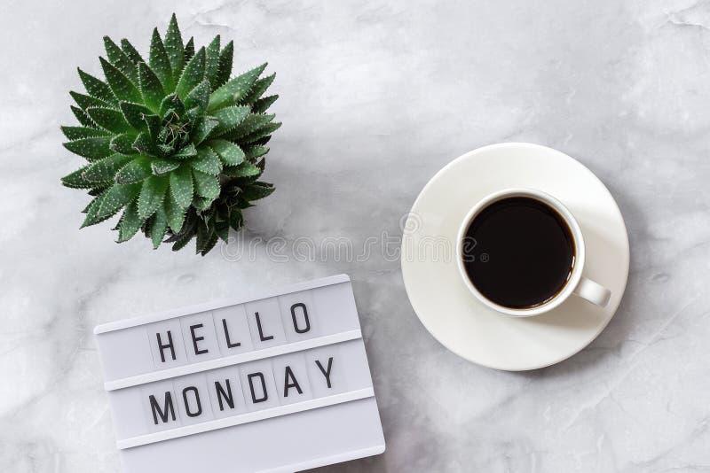 Офис или домашний стол таблицы Lightbox отправляет SMS здравствуйте понедельнику, чашке кофе, суккулентной на мраморном космосе э стоковое изображение