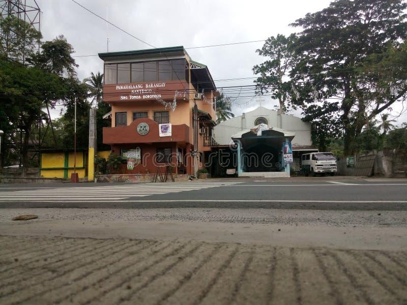 Офис и католическая церковь Barangay стоковые фотографии rf