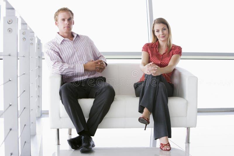 офис лобби предпринимателей сидя сь 2 стоковые изображения