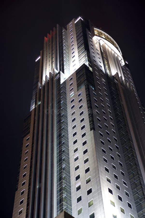 Download офис ночи здания стоковое изображение. изображение насчитывающей офис - 6854389