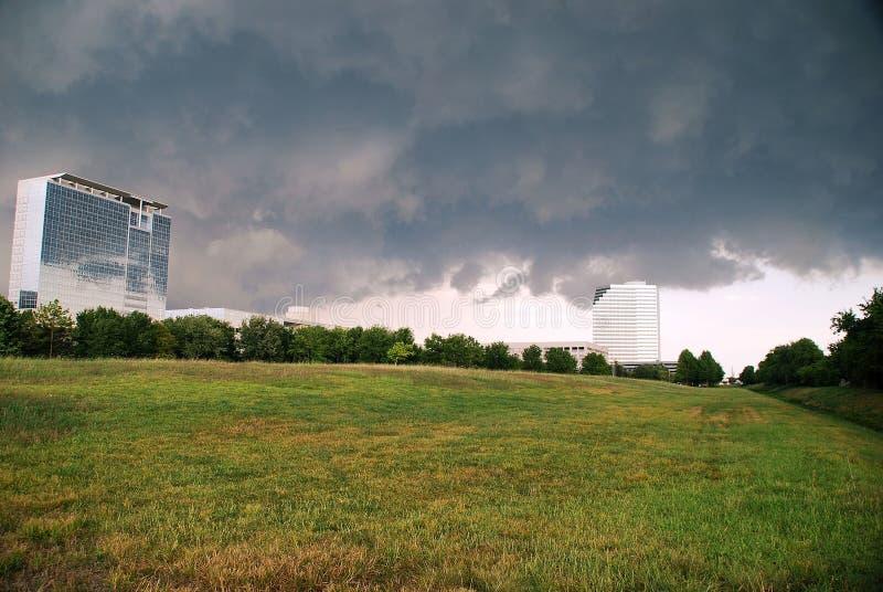 офис облаков зданий над штормом стоковая фотография rf