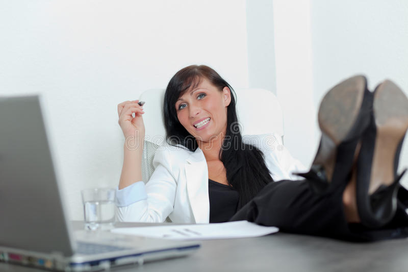 офис ослабляет женщину стоковая фотография