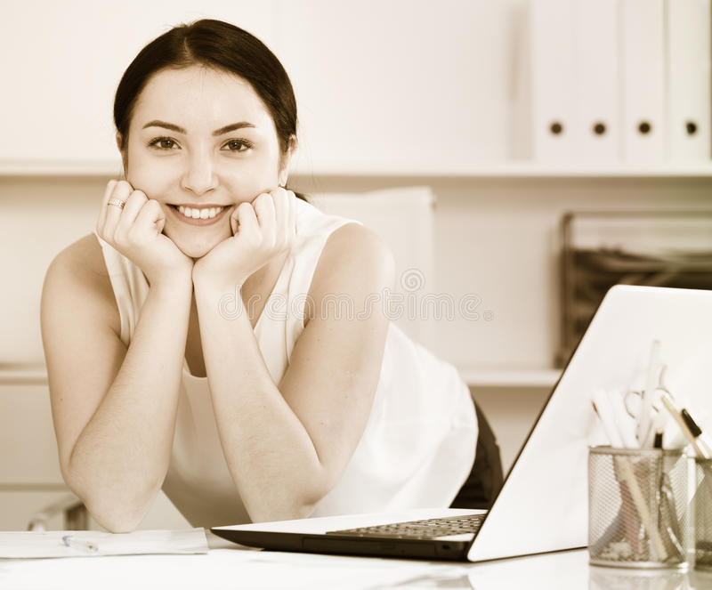 офис представляя женщину стоковая фотография rf