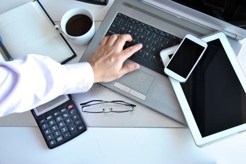 Офис с компьютерами и телефонами