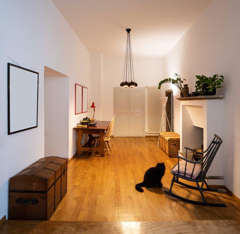 Офис с кресло-качалкой и партером в восстановленной квартире стоковые изображения rf