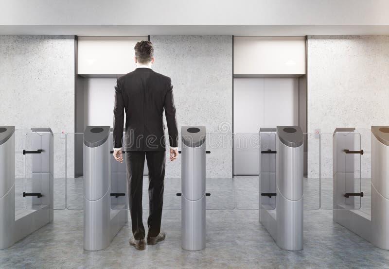 Офис человека входя в через турникет стоковые изображения rf