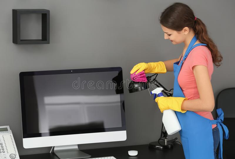 Офис чистки молодой женщины стоковое изображение