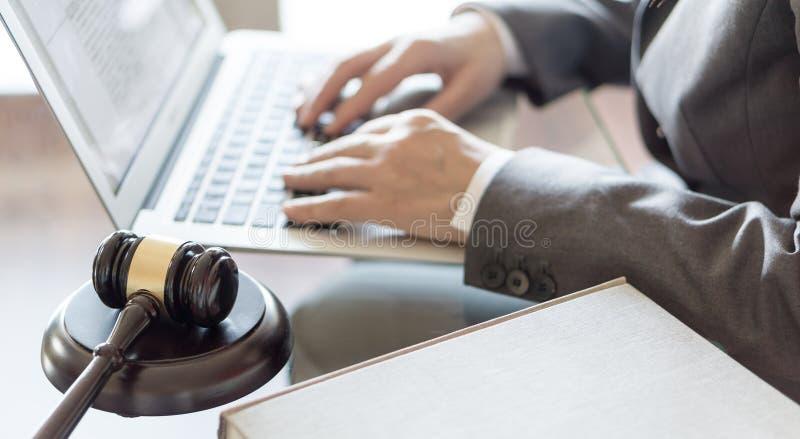 Офис юриста Молоток и юрист судьи работая на ноутбуке стоковая фотография rf
